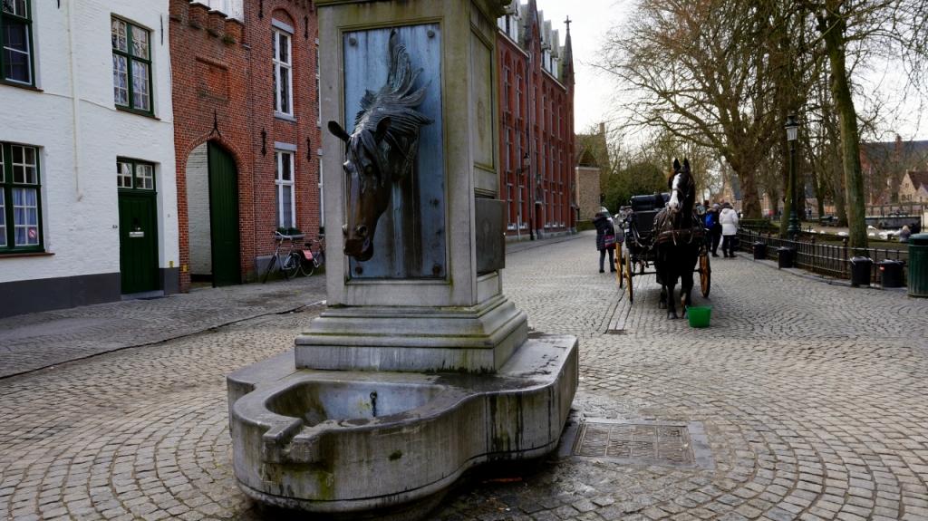 Брюгге, Бельгия: фонтан голова лошади