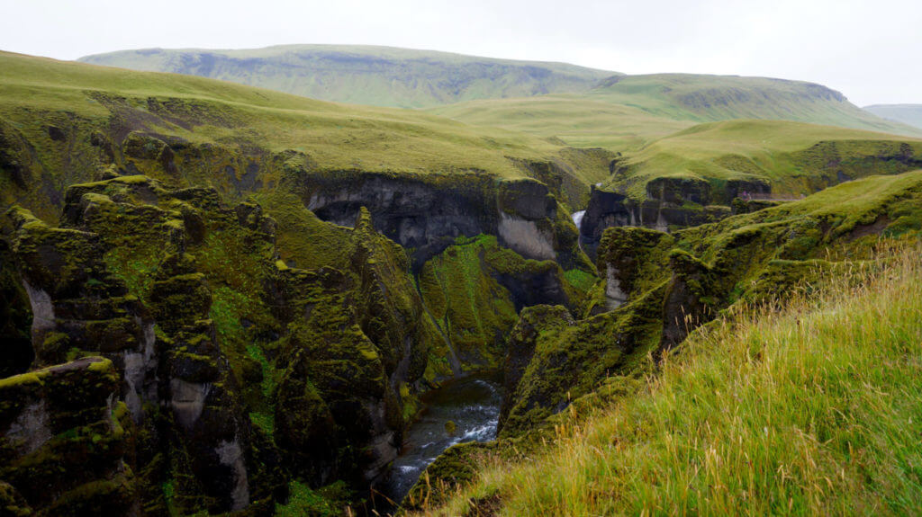 Достопримечательности Исландии: Каньон Fjaðrárgljúfur