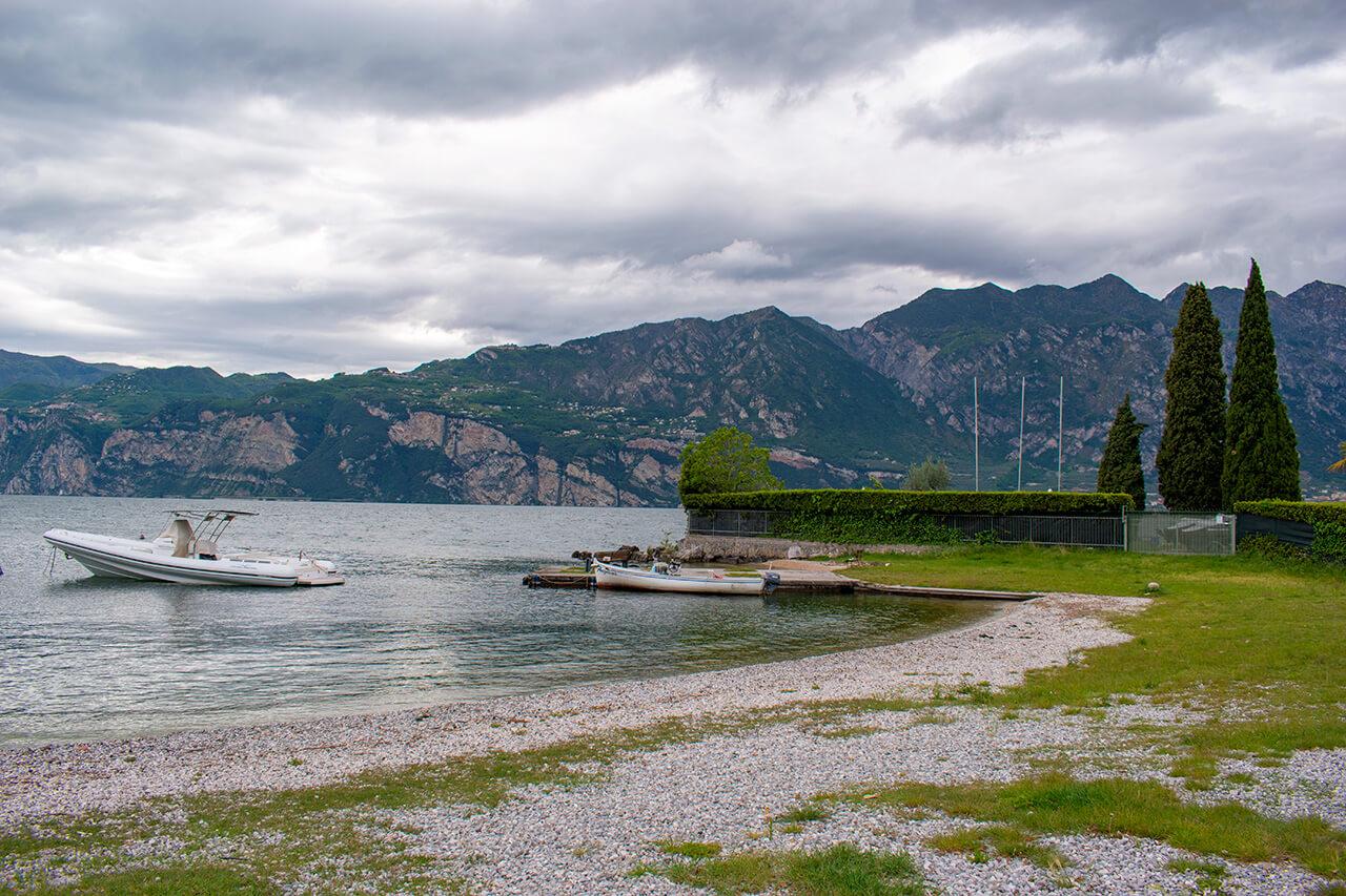 Мальчезине, Италия: набережная Гарды