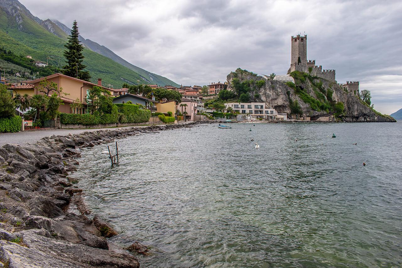 Мальчезине, Италия: набережная Гарды Мальчезине Мальчезине, Италия Malcesine 11