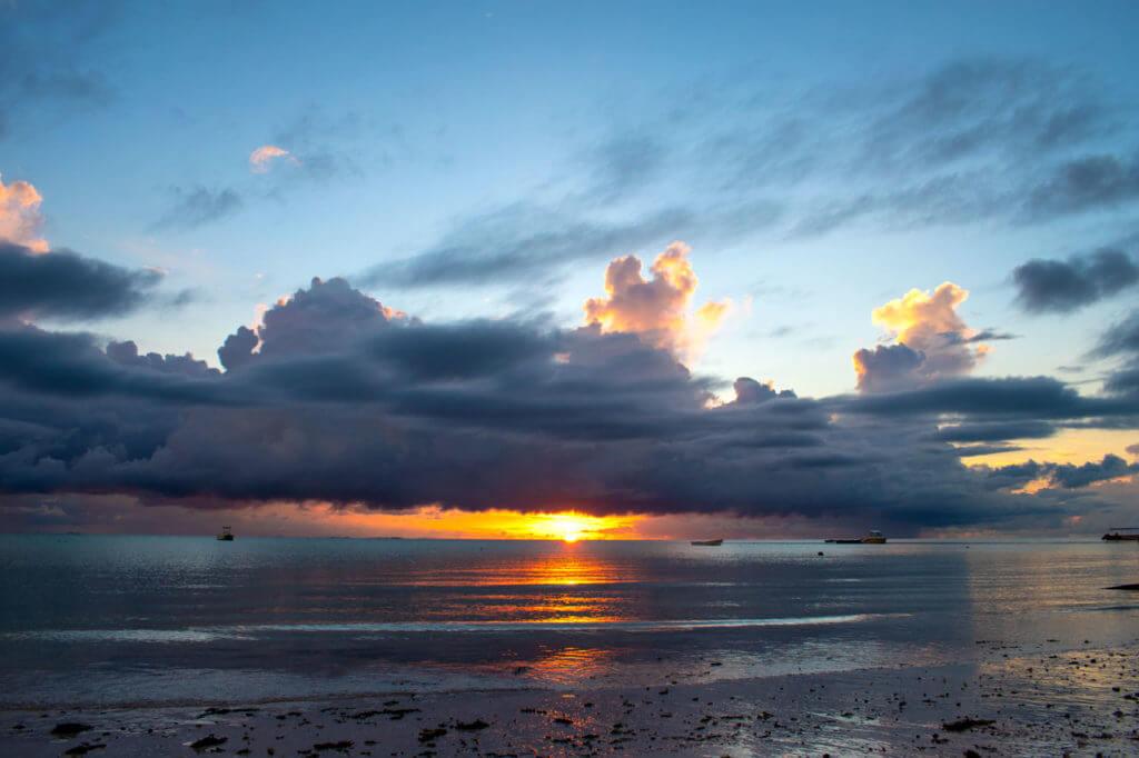 Занзибар, Танзания - восход на пляже Паже