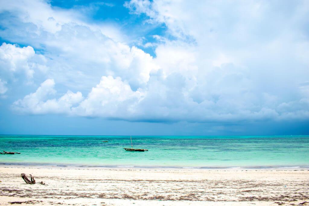 Занзибар, Танзания - пляж Джамбиани