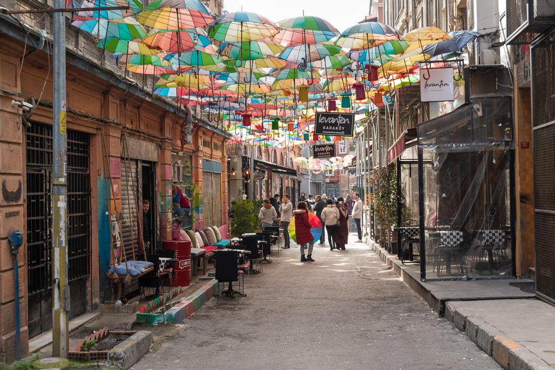 Стамбул за 3 дня: улица с зонтами